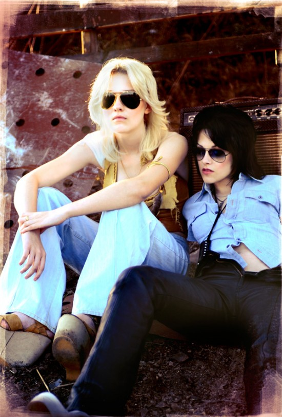 Dakota Fanning and Kristen Stewart in The Runaways
