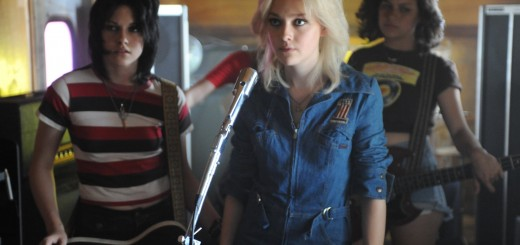 Kristen Stewart and Dakota Fanning in The Runaways