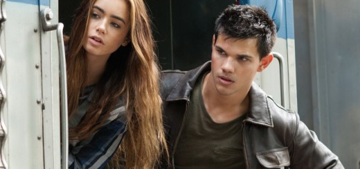 Karen (Lily Collins) and Nathan (Taylor Lautner) in ABDUCTION.